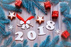 Il fondo 2018 del buon anno con 2017 figure, Natale gioca, rami di albero blu dell'abete Natura morta 2018 del nuovo anno Immagine Stock