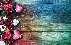 Il fondo del giorno del ` s del biglietto di S. Valentino con gli elementi di tema di amore gradisce i cuori della carta e del co Fotografie Stock Libere da Diritti