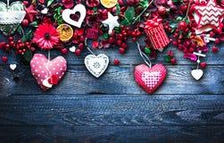 Il fondo del giorno del ` s del biglietto di S. Valentino con gli elementi di tema di amore gradisce i cuori della carta e del co Immagine Stock