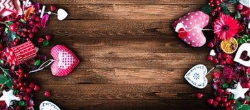 Il fondo del giorno del ` s del biglietto di S. Valentino con gli elementi di tema di amore gradisce i cuori della carta e del co Immagine Stock Libera da Diritti