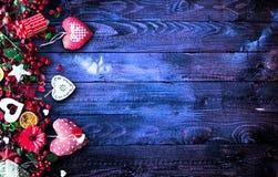 Il fondo del giorno del ` s del biglietto di S. Valentino con gli elementi di tema di amore gradisce i cuori della carta e del co Fotografia Stock