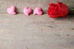 Il fondo del giorno di biglietti di S. Valentino con i cuori rosa ed è aumentato sulle sedere di legno Fotografie Stock