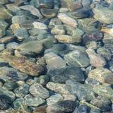 Il fondo del mare ha colorato le pietre sotto l'acqua immagini stock libere da diritti