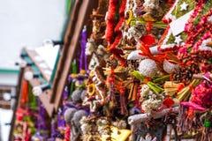 Il fondo del mercato di Natale avvolge la fine del chiosco dei dettagli della stalla della decorazione su immagini stock