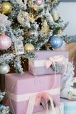 Il fondo del regalo di Natale, si chiude sulla vista fotografia stock libera da diritti