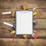 il fondo della costruzione con il taccuino e gli strumenti che 3d rendono sopra corteggiano Fotografia Stock Libera da Diritti