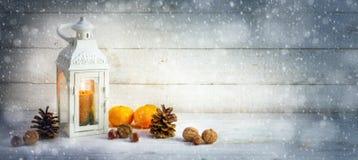 Il fondo della decorazione di Natale con una lanterna della luce della candela, si abbronza immagine stock libera da diritti