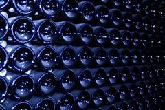Il fondo delle bottiglie con champagne Fotografie Stock