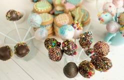 Il fondo delle caramelle e del dolce decorati schiocca sullo scrittorio di legno Immagine Stock