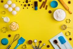 Il fondo di cottura eggs gli strumenti della cucina delle spezie del latte della farina Fotografie Stock Libere da Diritti