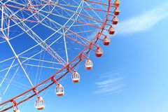 Ferris spinge dentro il cielo blu Fotografia Stock