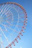 Ferris spinge dentro il cielo blu Fotografie Stock