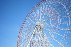 Ferris spinge dentro il cielo blu Immagini Stock Libere da Diritti