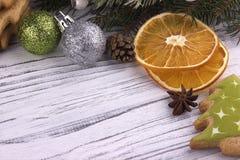 Il fondo di festa del nuovo anno di natale di Natale con l'abete naturale secco dei coni della cannella dell'anice stellato dei b Fotografie Stock