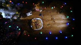Il fondo di festa di Natale, Natale presenta il fondo con l'albero di Natale e le ghirlande decorati Inverno vuoto archivi video