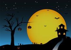 Il fondo di Halloween con l'albero di notte batte la casa delle zucche Fotografie Stock Libere da Diritti