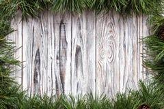 Il fondo di legno bianco con abete si ramifica, posto per l'iscrizione, il fondo per le feste del nuovo anno, decorazione fotografie stock