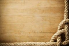 Fondo di legno con la vecchia corda Fotografie Stock