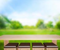 Il fondo di legno del piano d'appoggio e 3d verdi rendono Immagini Stock Libere da Diritti