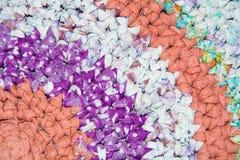 Il fondo di luce variegata ha tricottato il tessuto con il filo spesso Immagine Stock