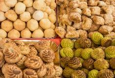 Il fondo di molte pasticcerie ha fatto con le mandorle dolci una specialità culinaria italiana tipica con frutta candita ed i pis immagini stock