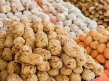 Il fondo di molte pasticcerie ha fatto con le mandorle dolci una specialità culinaria italiana tipica con frutta candita ed i pis fotografia stock