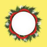 Il fondo di Natale con abete si ramifica in un cerchio, nelle palle bianche ed in nastro rosso Campo rotondo per testo royalty illustrazione gratis