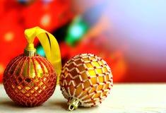 Il fondo di Natale con la scatola di legno e le palle hanno decorato le perle di vetro Fotografie Stock