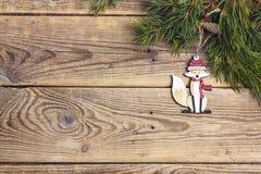 Il fondo di Natale con la volpe ed il pino decorativi si ramifica su ol Fotografie Stock Libere da Diritti