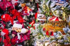Il fondo di Natale con il nuovo anno gioca, cavalli del carosello, presente e decorazioni immagine stock libera da diritti