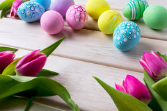 Il fondo di Pasqua con la mano ha decorato le uova Fotografie Stock Libere da Diritti