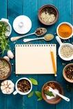 Il fondo e la ricetta culinari prenotano con le spezie sulla tavola di legno fotografie stock