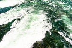 Il fondo ha fatto precipitare, da un fiume spumoso in un bello turchese e da un colore verde fotografia stock libera da diritti