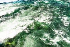 Il fondo ha fatto precipitare, da un fiume spumoso in un bello turchese e da un colore verde fotografia stock