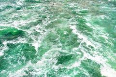 Il fondo ha fatto precipitare, da un fiume spumoso in un bello turchese e da un colore verde immagini stock
