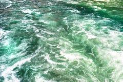 Il fondo ha fatto precipitare, da un fiume spumoso in un bello turchese e da un colore verde immagine stock libera da diritti