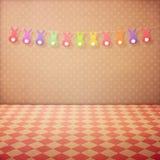 Il fondo interno d'annata con il pavimento controllato, pois rosa wallpaper e ghirlanda del coniglietto Festa di Pasqua immagini stock