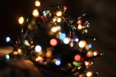 Il fondo, luci di Natale splende brillantemente, cerchi variopinti, fucilazione domestica, l'umore festivo fotografie stock libere da diritti