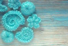 Il fondo marino con il pizzo del cotone lavora all'uncinetto gli elementi: stelle, coperture, fiori Fotografie Stock Libere da Diritti