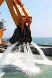 Il fondo marino degli escavatori del pontone approfondice Fotografia Stock