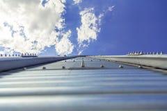 Il fondo, metallo barrels i granai sui precedenti del cielo Fotografia Stock Libera da Diritti