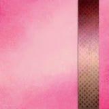 Il fondo rosa con il nastro della barra laterale o la banda nella porpora di Borgogna e dell'oro con struttura del quadrato del b Immagine Stock