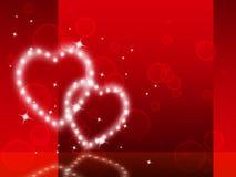 Il fondo rosso dei cuori mostra lo speciale di tenerezza e scintillare Immagini Stock