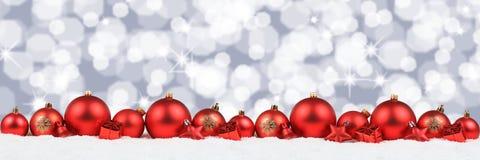 Il fondo rosso della decorazione dell'insegna delle palle di Natale stars il copyspace Fotografia Stock Libera da Diritti