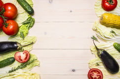Il fondo sano di stile di vita con le varie verdure ed erbe variopinte ha presentato nel telaio una tavola di legno bianca, spazi Fotografia Stock