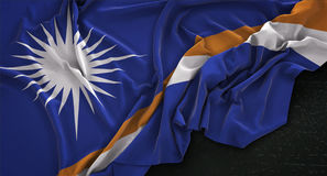 Il fondo scuro 3D di Marshall Islands Flag Wrinkled On rende Fotografia Stock