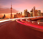 Il fondo stradale vuoto con le costruzioni della città di Shanghai Lujiazui albeggia fotografia stock