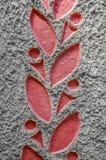 Il fondo strutturato di cemento con un modello di rosso va sul confine Primo piano Fotografia Stock Libera da Diritti