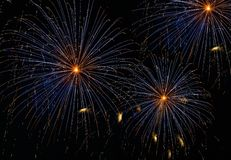 Il fondo stupefacente arancio blu di esplosione dei fuochi d'artificio nella fine di notte su, fuochi d'artificio, fuochi d'artif Immagine Stock Libera da Diritti