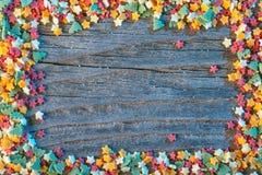Il fondo tradizionale di natale con le decorazioni di cottura gradisce gli alberi e le stelle, struttura per la cartolina d'augur Fotografia Stock Libera da Diritti